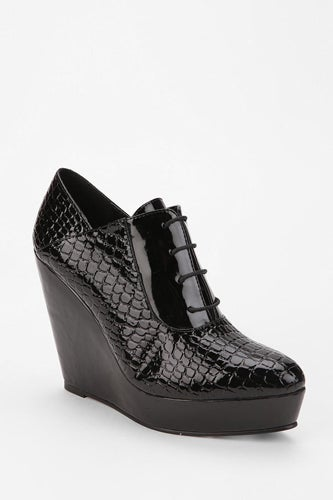 Deena-Ozzy-Croc-Laceup_Urban-Out_69